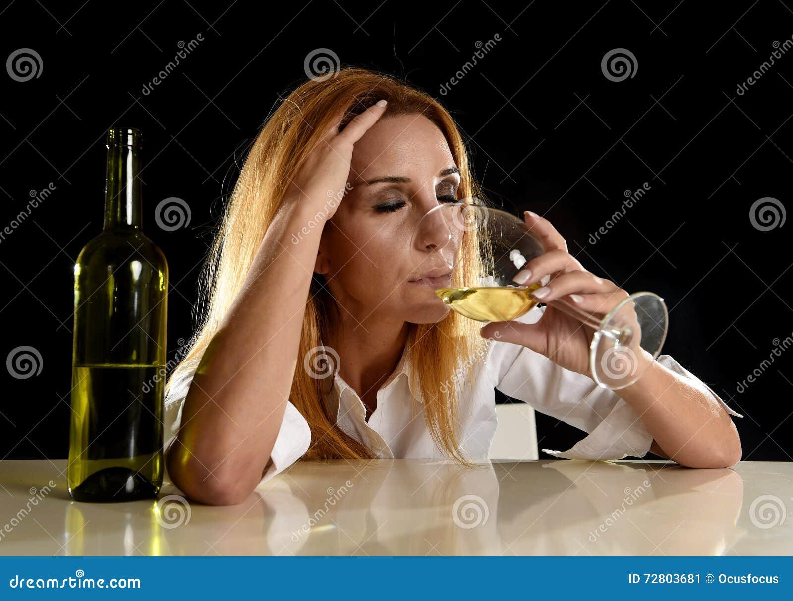 Berusad alkoholiserad blond kvinna bara i slösat deprimerat dricka från exponeringsglas för vitt vin