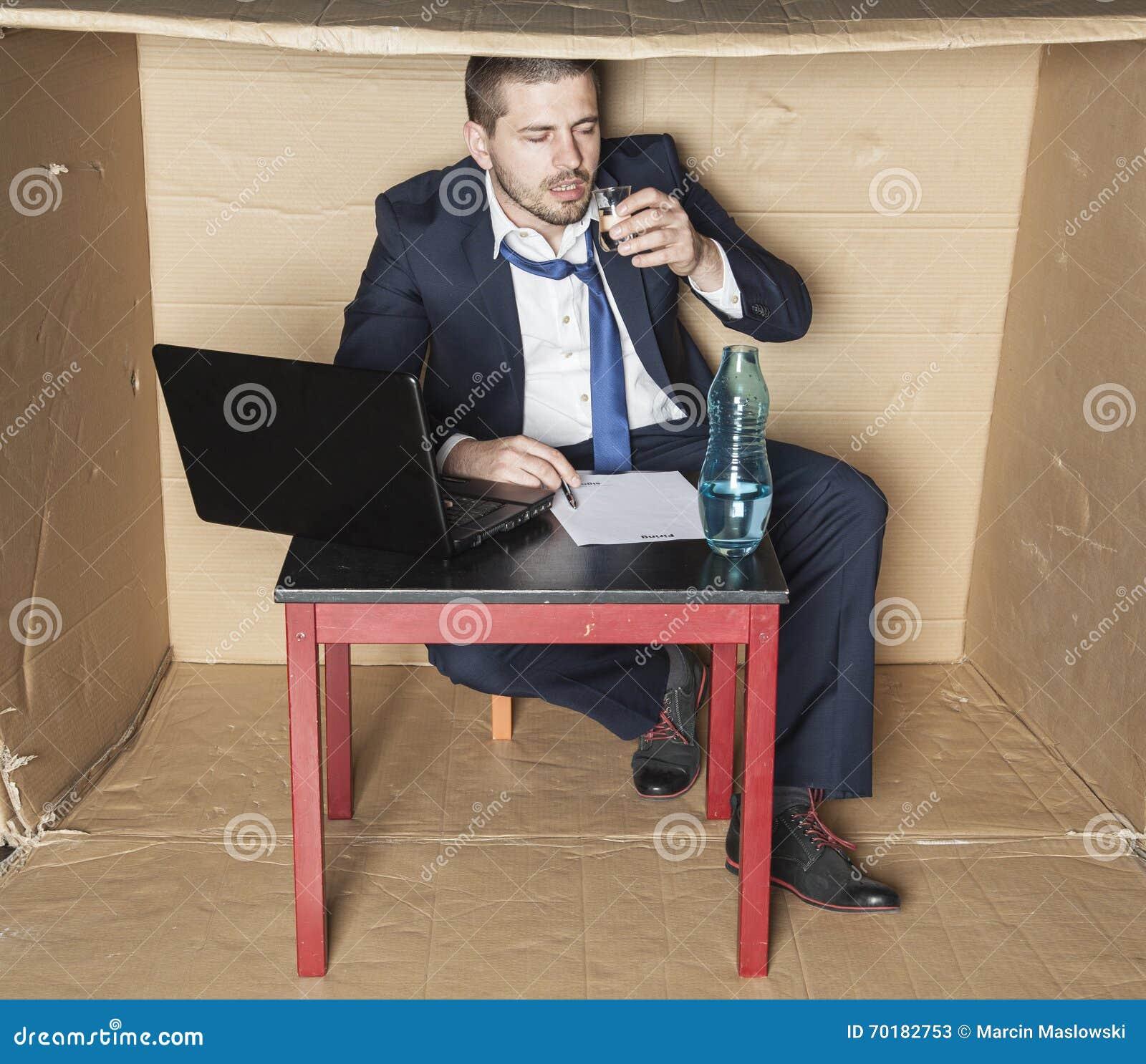 Berusat affärsmansammanträde i kontoret