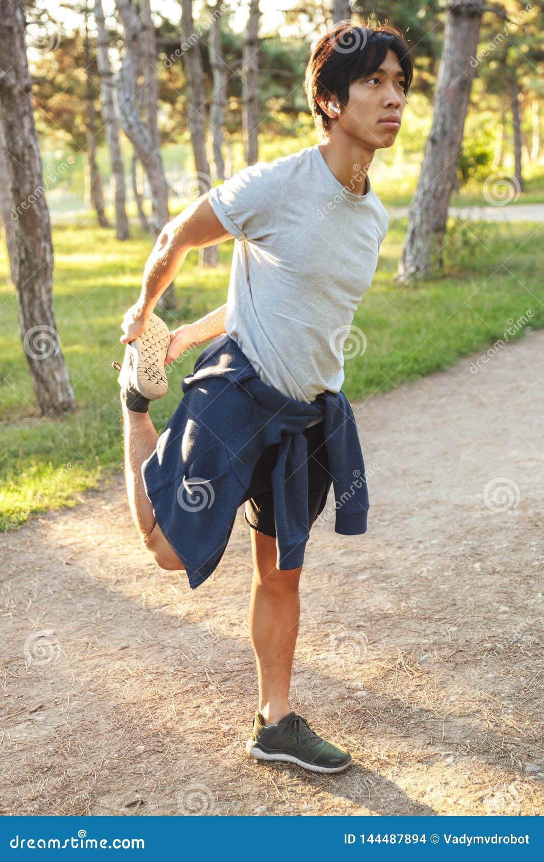 ?berzeugter junger asiatischer Athlet