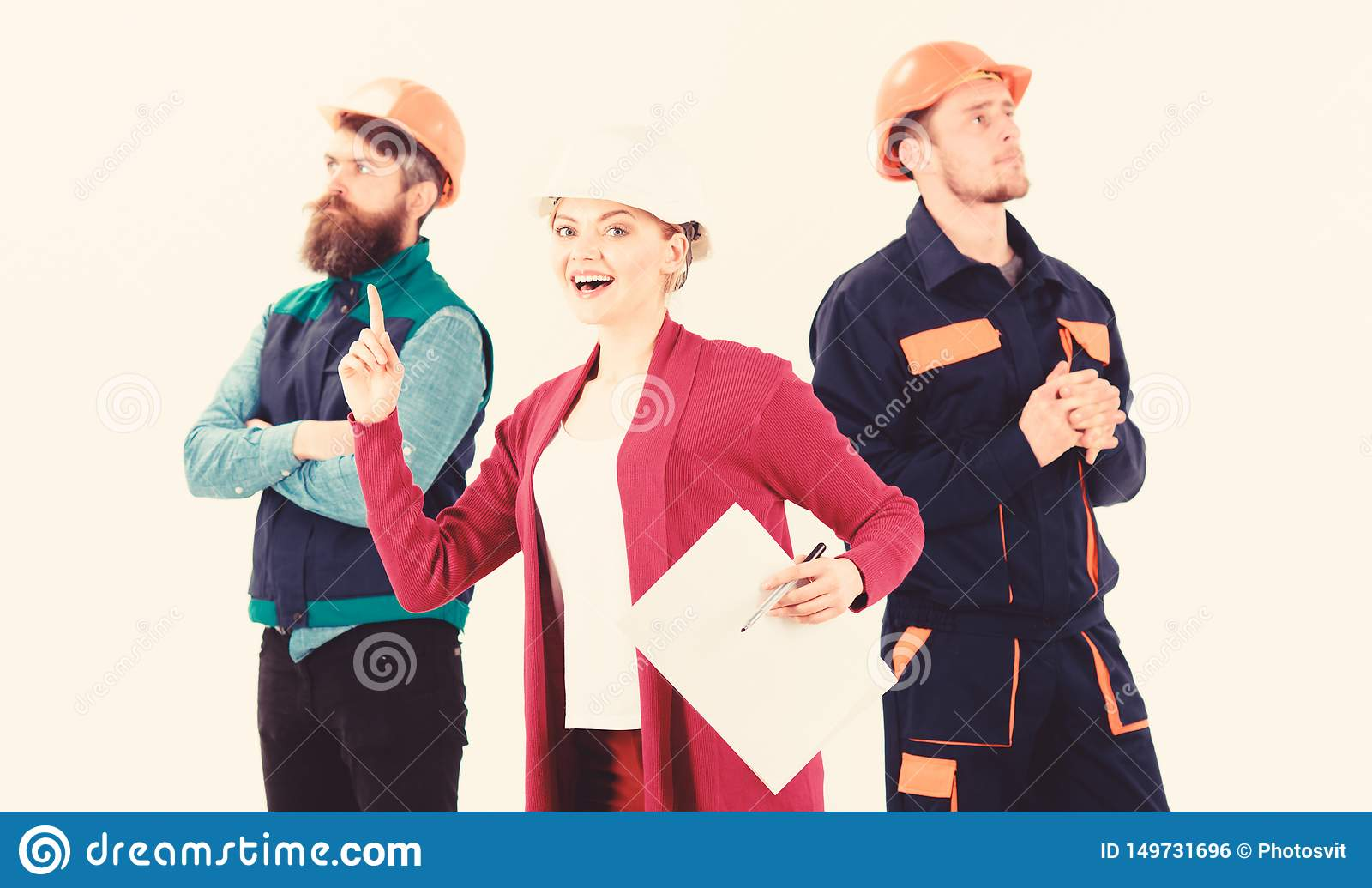 ?berzeugtes Team von den Arbeitern, die gruppiert in ihren Jeansstoffen stehen