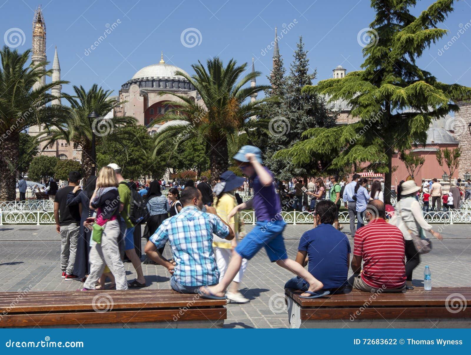 Besökare beundrar Aya Sofya i det Sultanahmet området av Istanbul i Turkiet