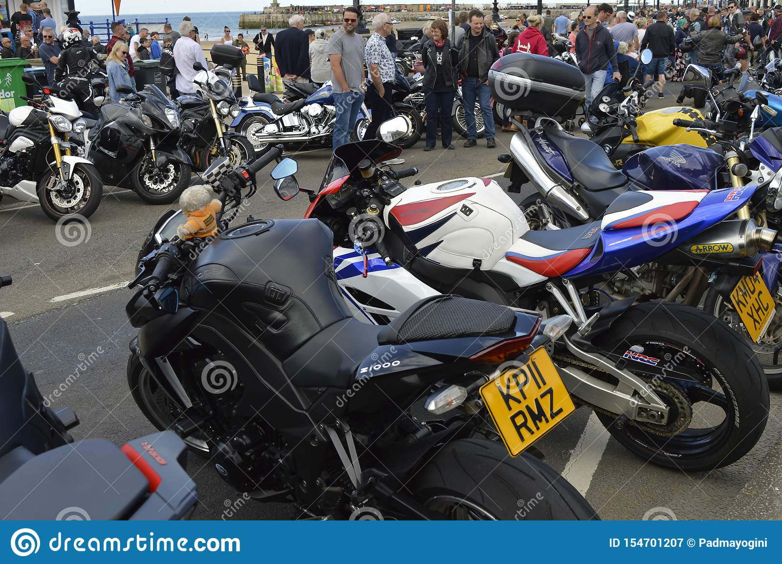 Besökare beundrar mopeder på ritten för cykeln för Margate härdsmälta den årliga