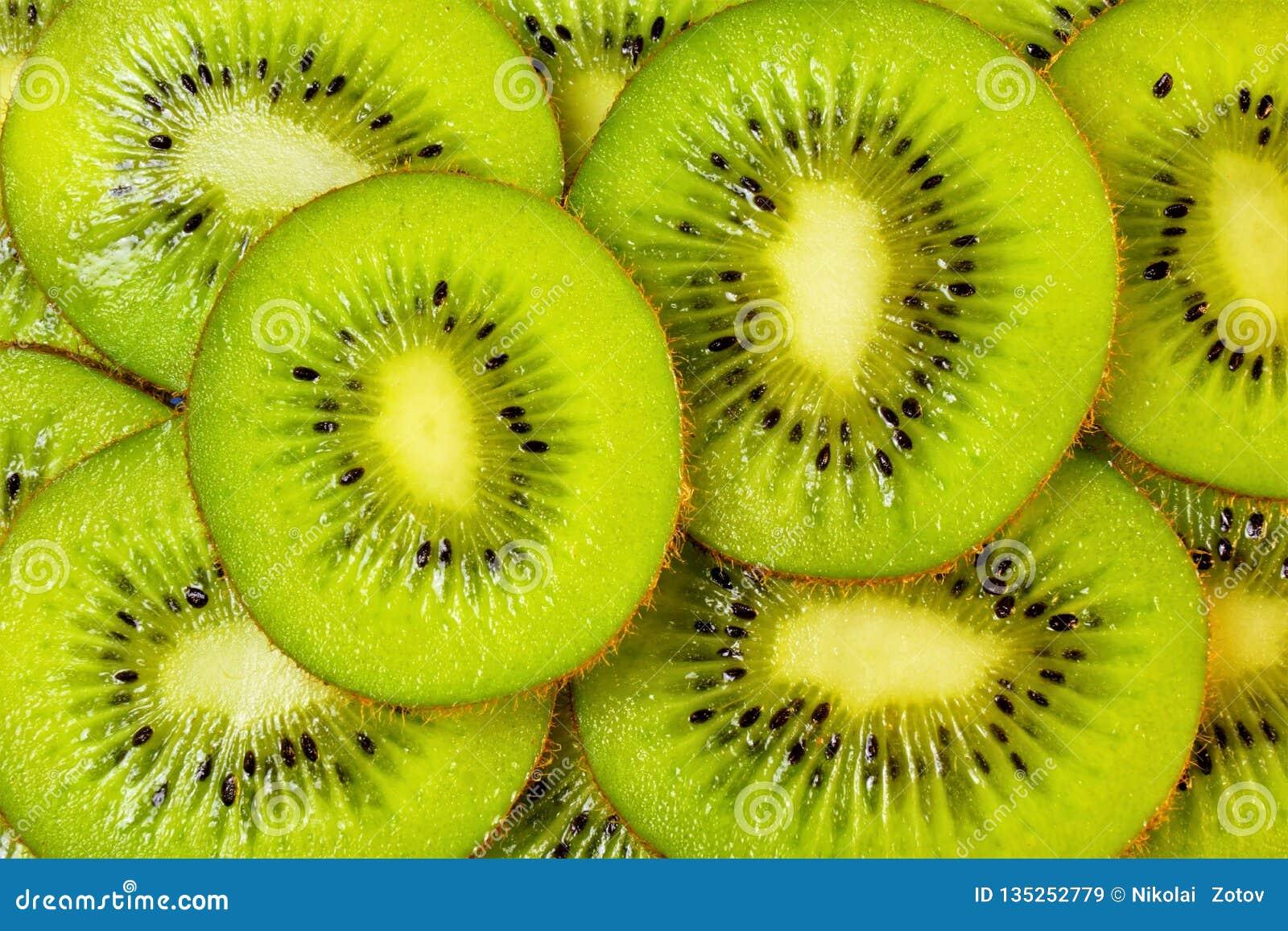 Bes van de kiwi is de nuttige delicatesse gegeten vers, rijp groen of geel vlees, gebruikt voor de voorbereiding van marinades, s