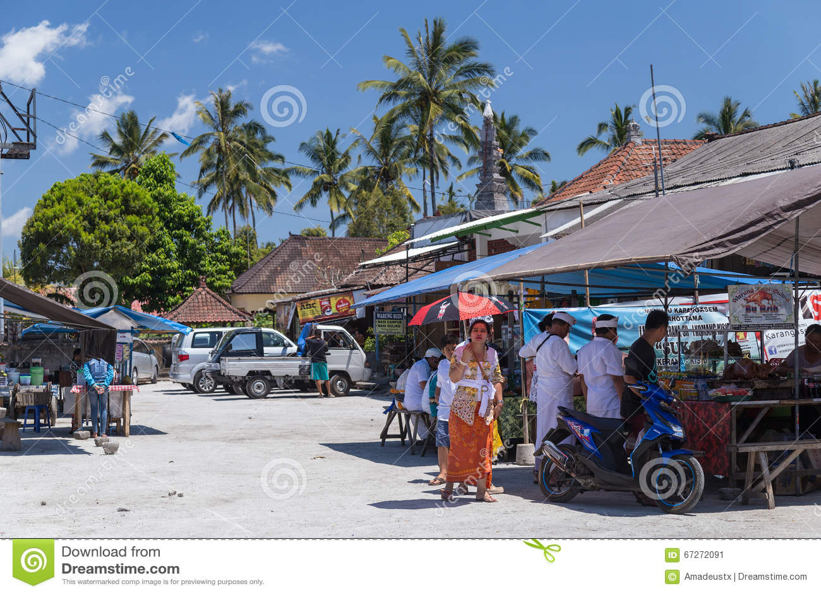 Besakih,巴厘岛/印度尼西亚村庄-大约2015年10月:路边餐厅在村庄市场上在巴厘岛,印度尼西亚