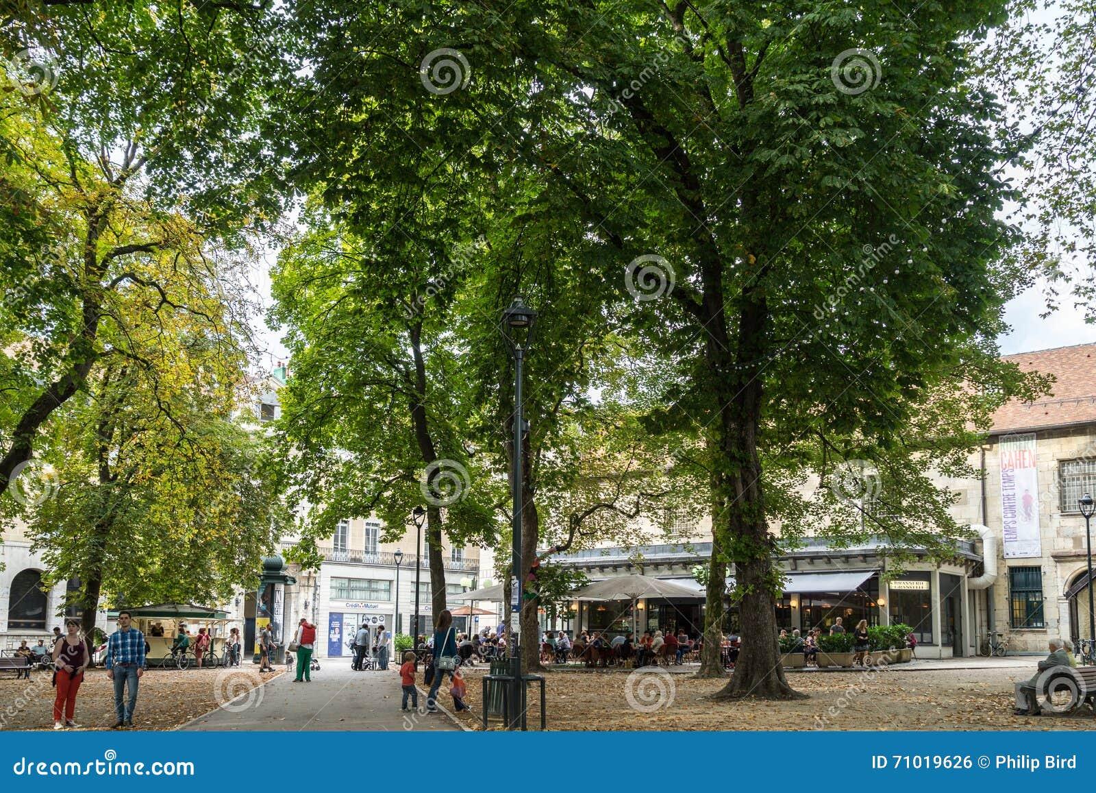 BESANCONS, FRANCE/EUROPE - 13 DE SEPTIEMBRE: Opinión gente en un sq