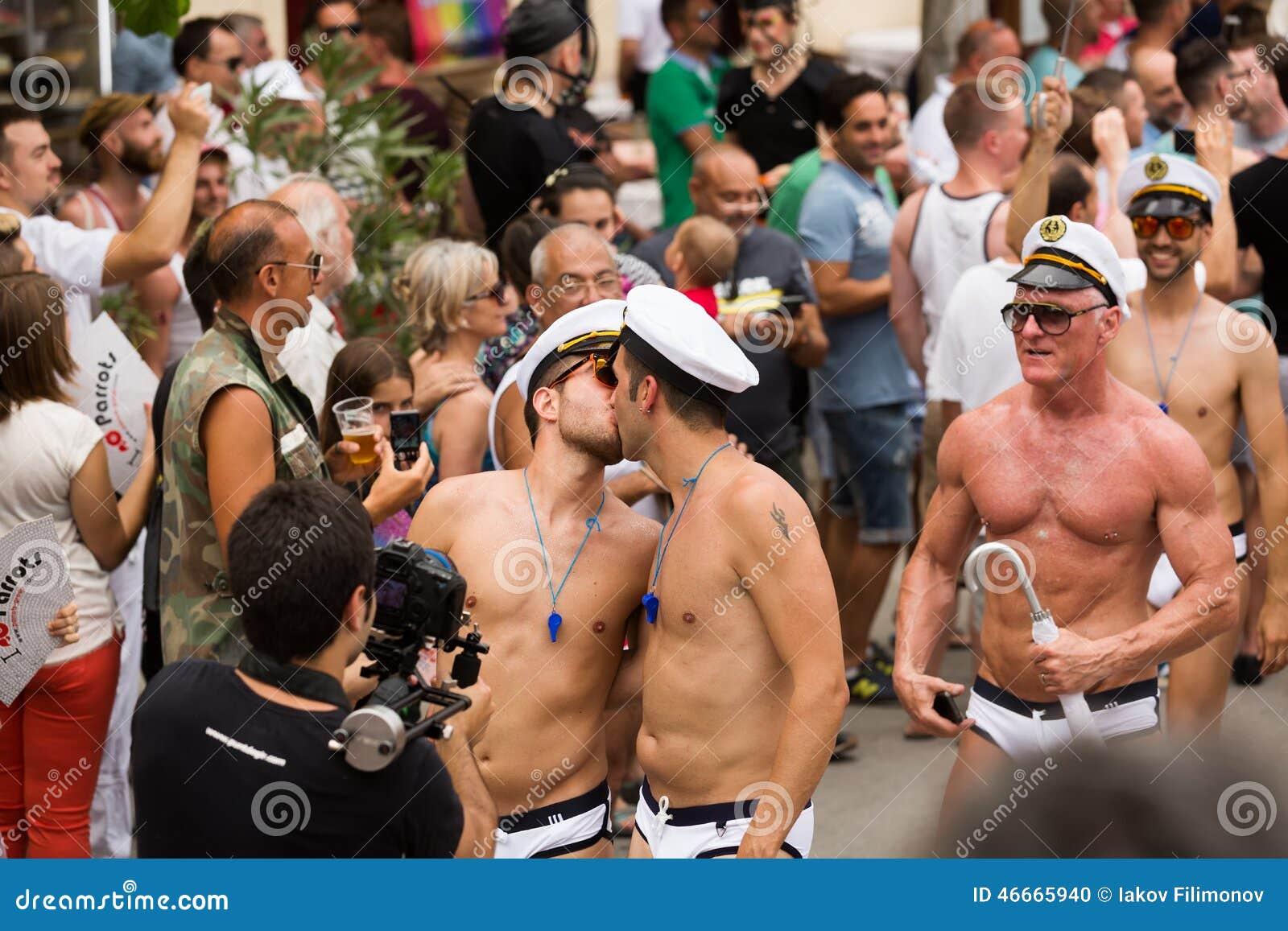 Chicos gay aprendiendo a besarse