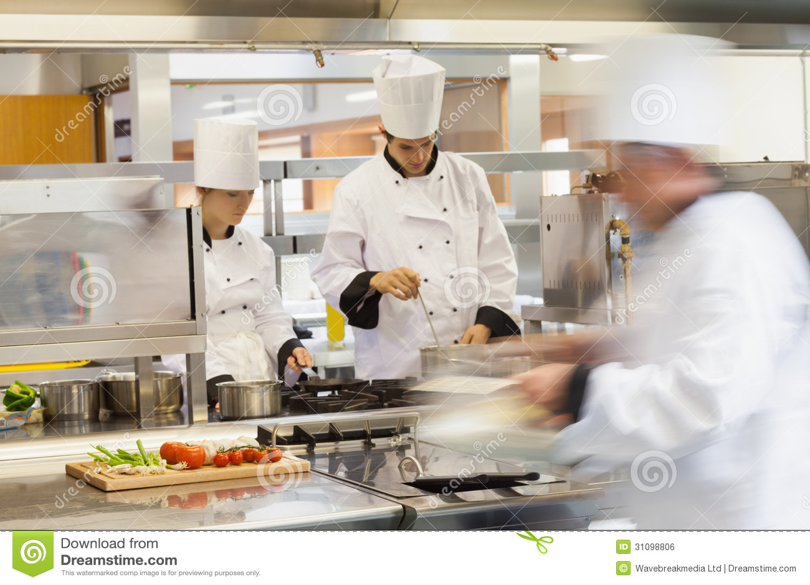 beschäftigte chefs bei der arbeit in der küche lizenzfreies ... - Küche Arbeit