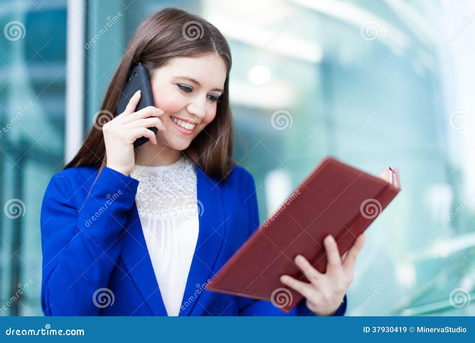 Beschäftigte Geschäftsfrau bei der Arbeit
