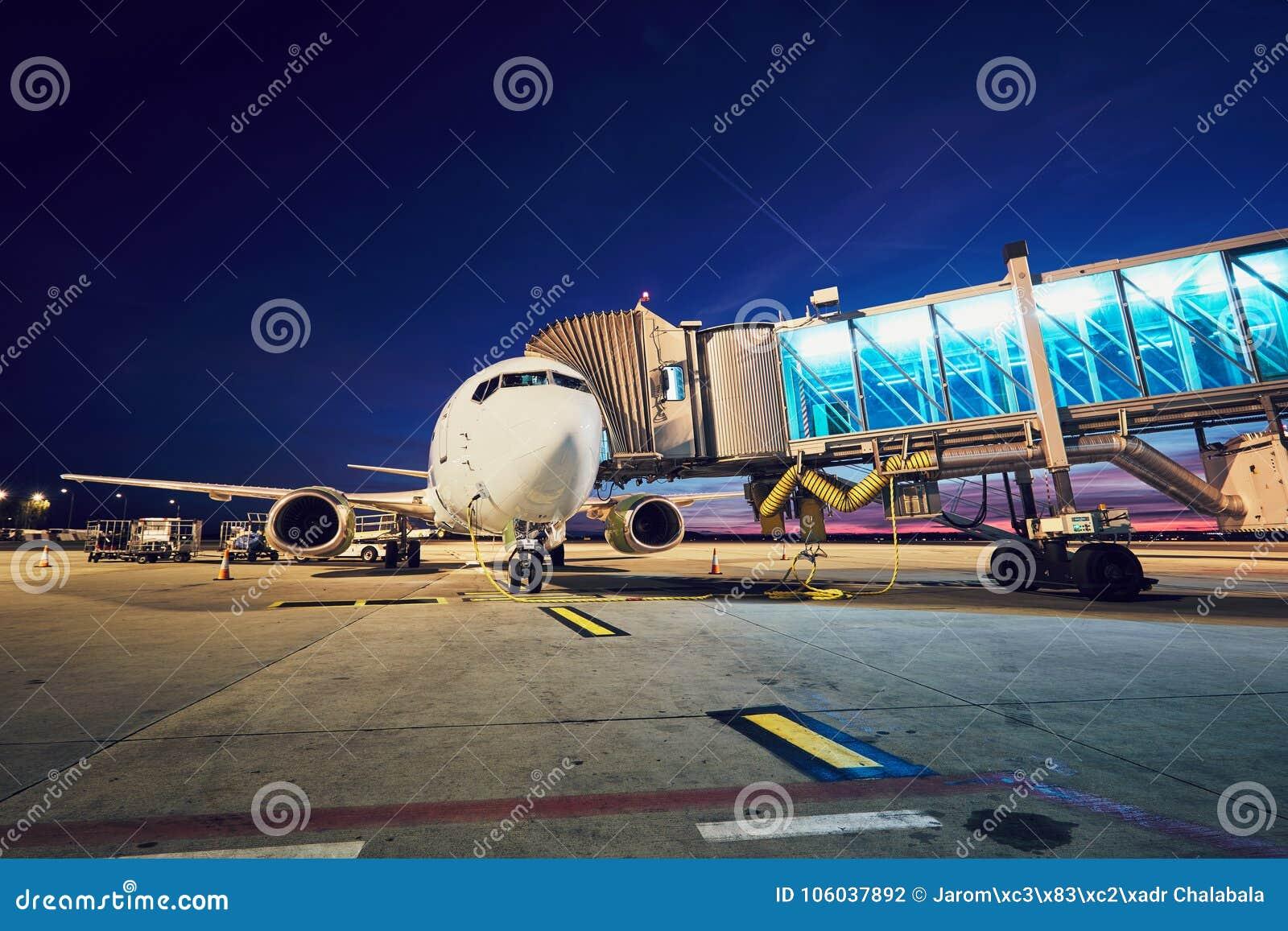 Beschäftigter Flughafen nach Sonnenuntergang