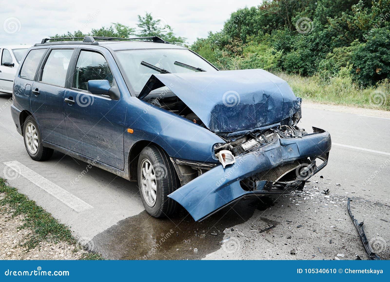 Beschadigde auto op weg