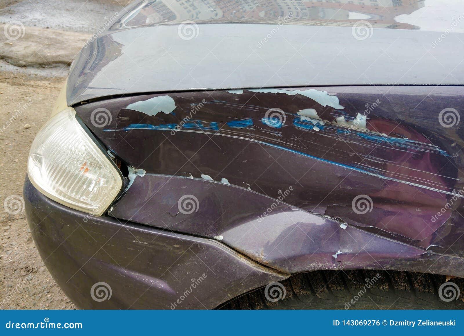Beschadigde vleugel in een auto na een ongeval Close-up