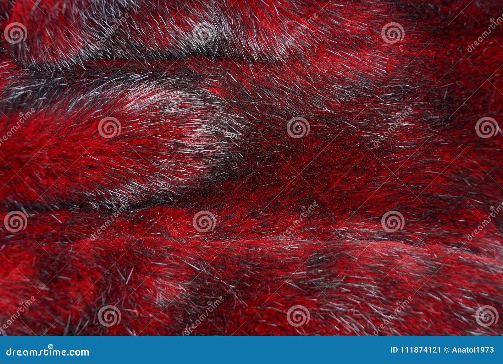 Beschaffenheit des roten Pelzes auf einem Kleidungsstück