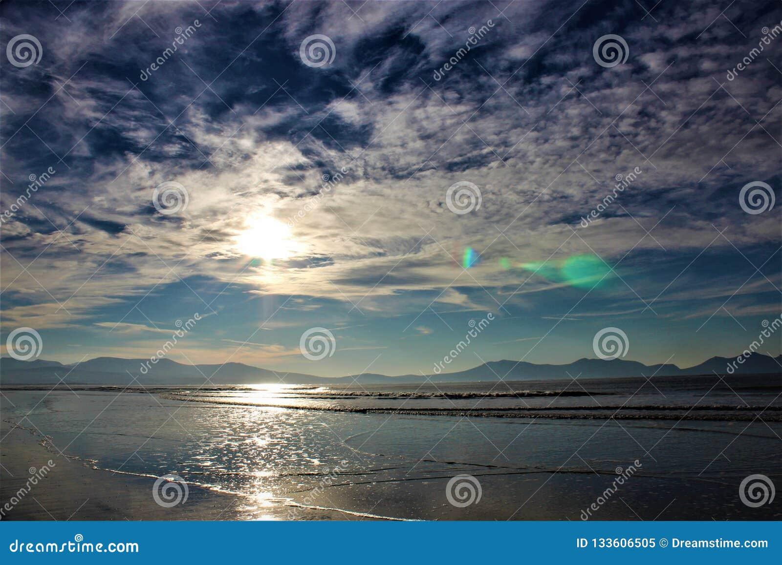 Beschaffenheit von Wolken auf einem blauen Himmel