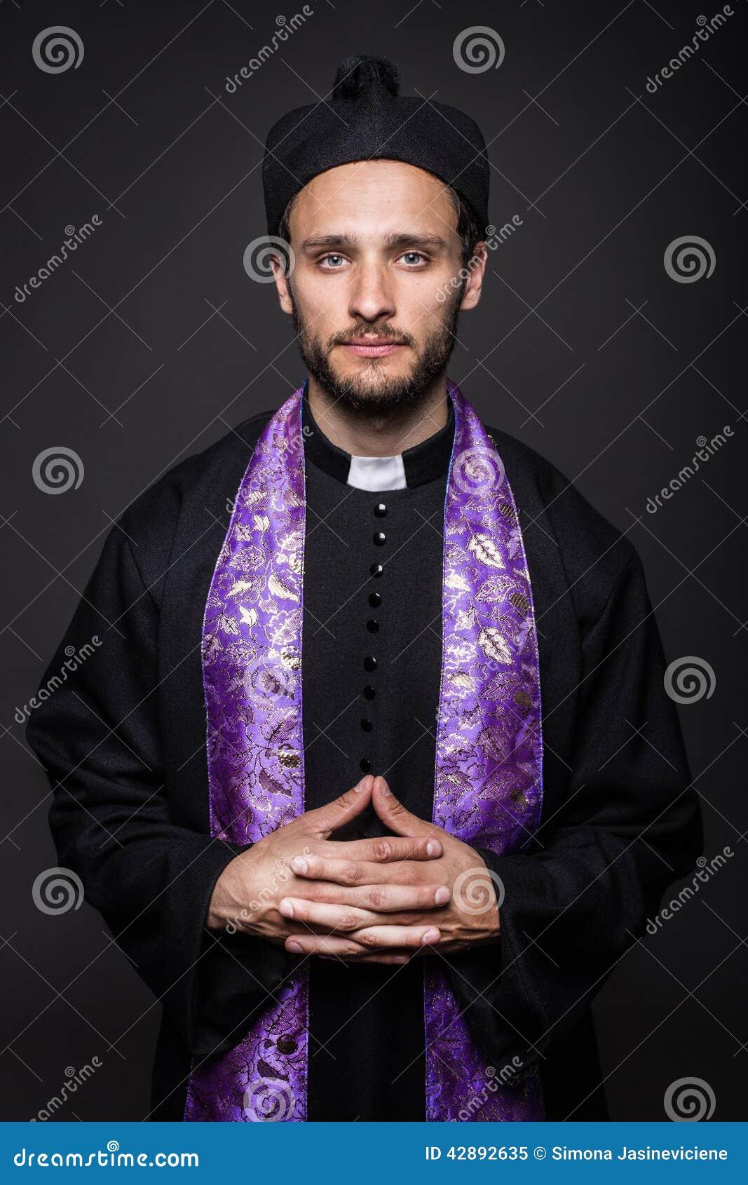 Bescheidener katholischer Priester