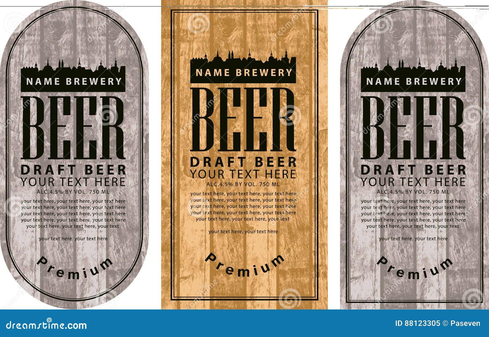 Beschriften Sie Bier mit der alten Stadt auf hölzernem Hintergrund