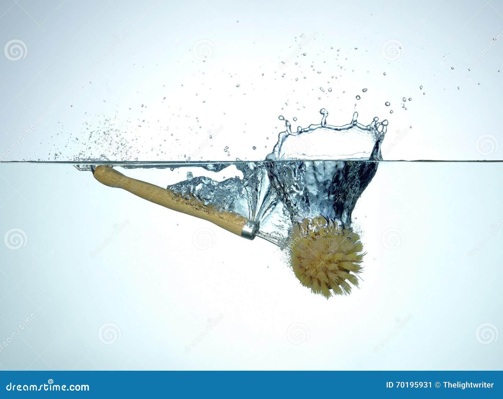 Besegra borsten som faller och plaskar in i vatten