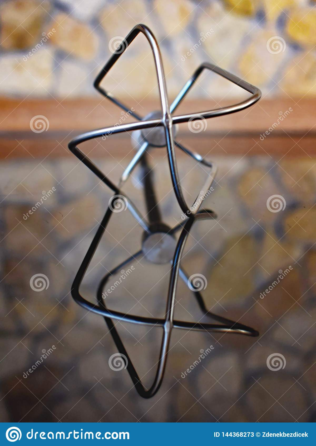 Besen von der Mischmaschine mit Reflexion im Glas und im undeutlichen Hintergrund