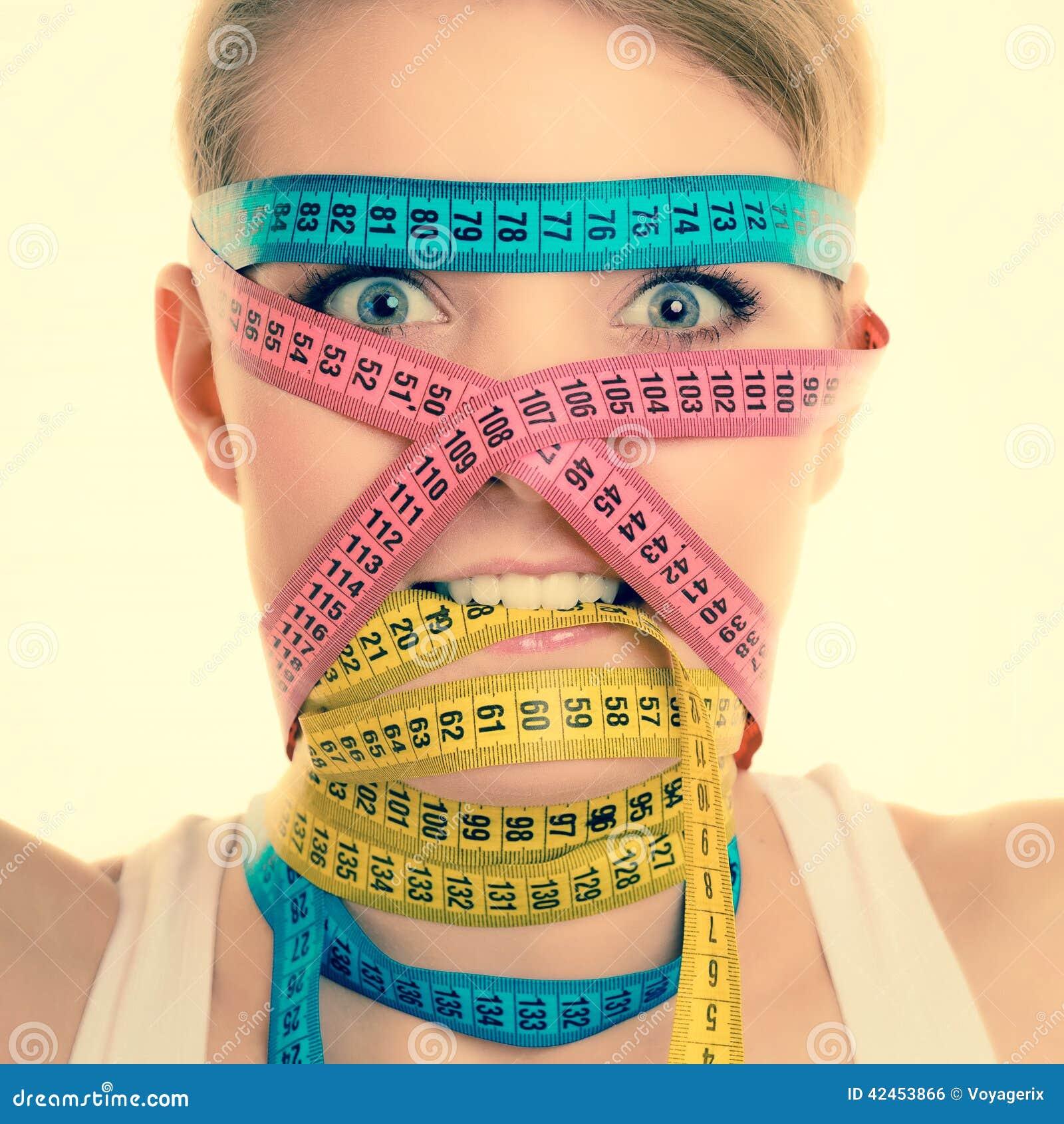 Besessen gewesenes Mädchen durch Ihren Körper Frau mit Maßbändern