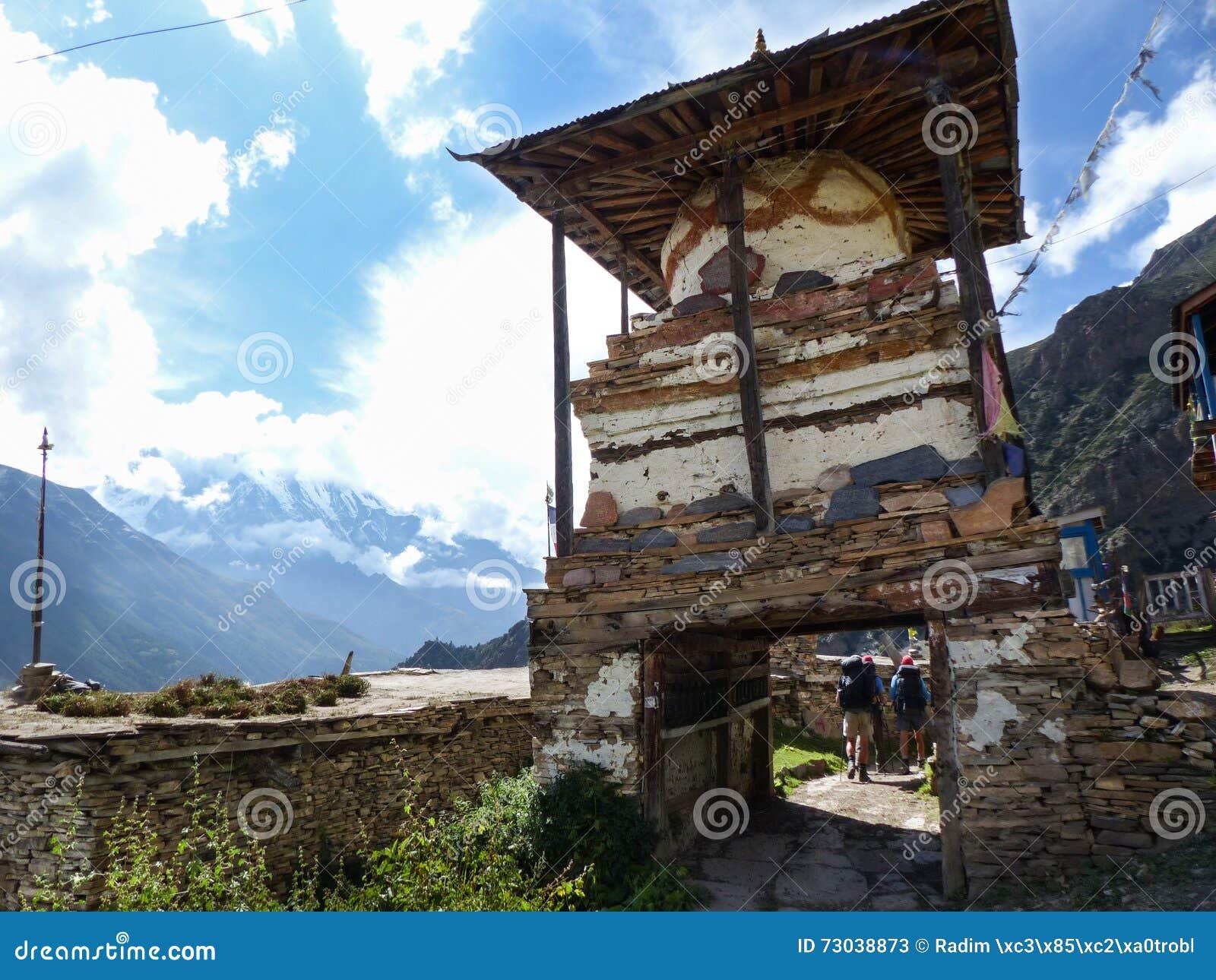 Beskåda till Annapurna III i den Ghyaru byn