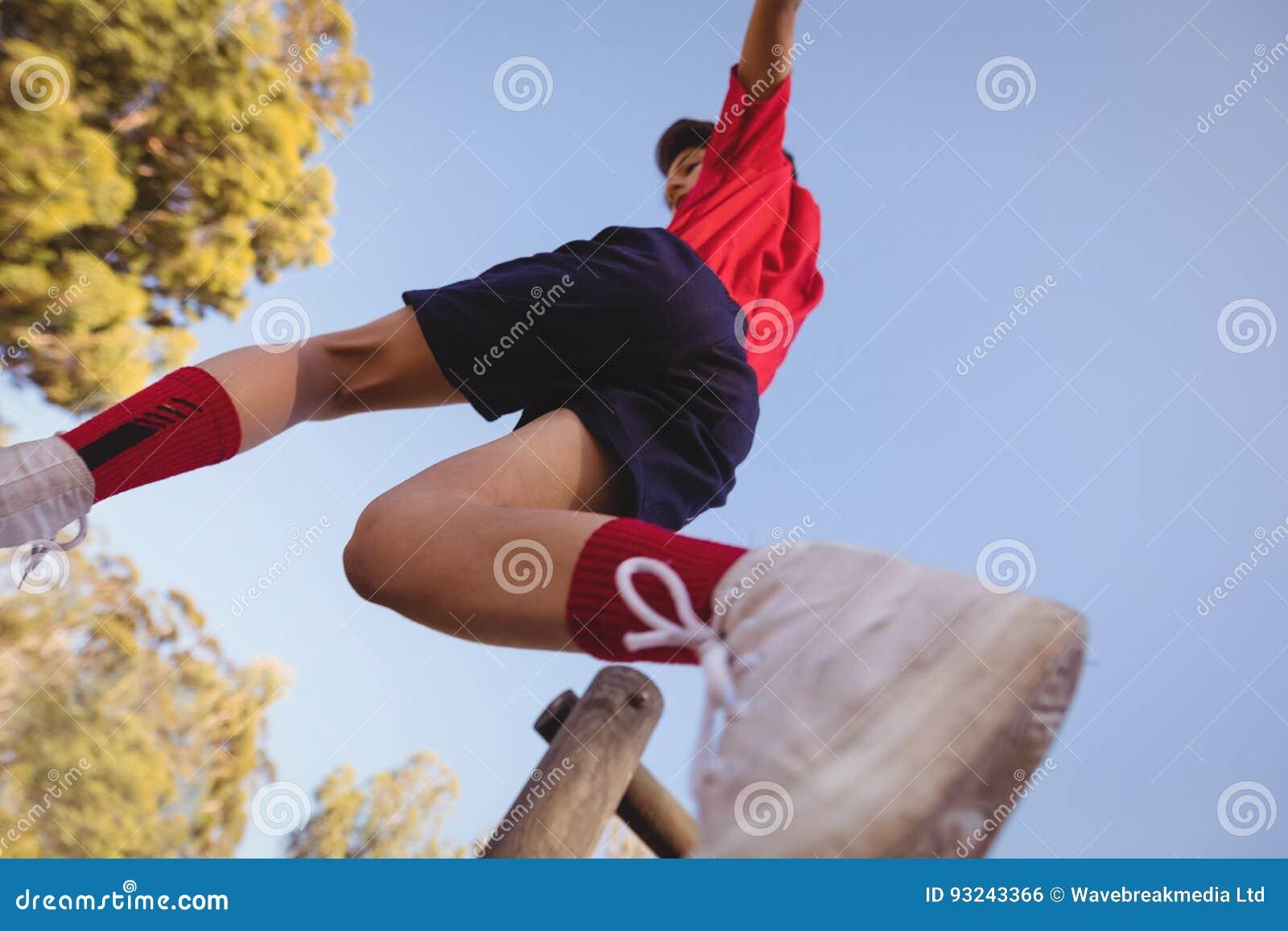Beslutsam pojke som hoppar över hinder