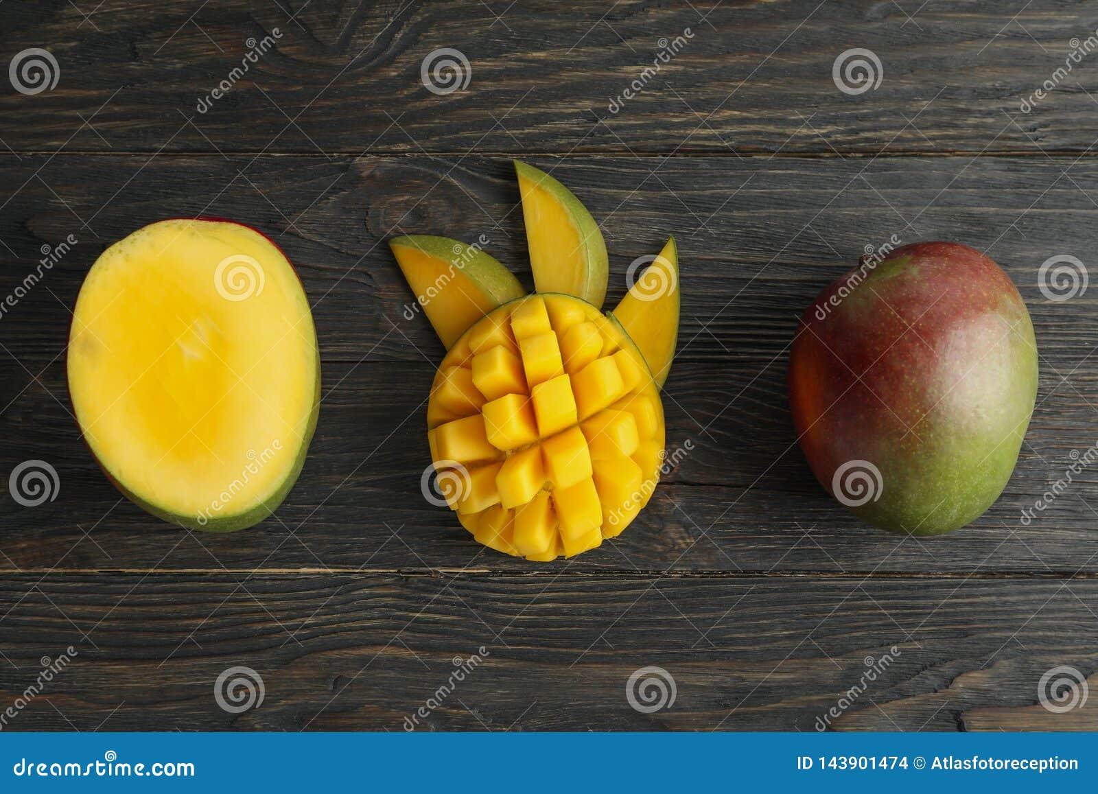 Besnoeiings rijpe mango s en ruimte voor tekst op houten achtergrond
