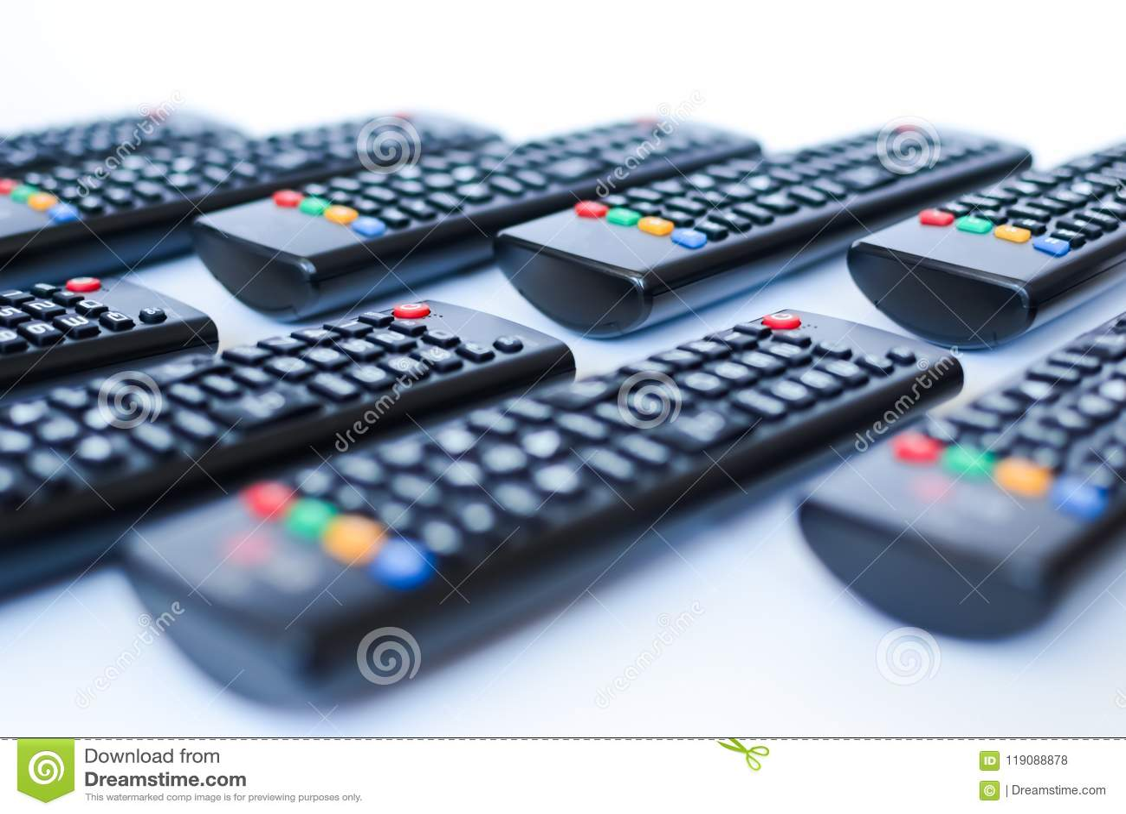Besonders schwer unscharfe schwarze Fernbedienungen für das Fernsehen auf einem weißen Hintergrund