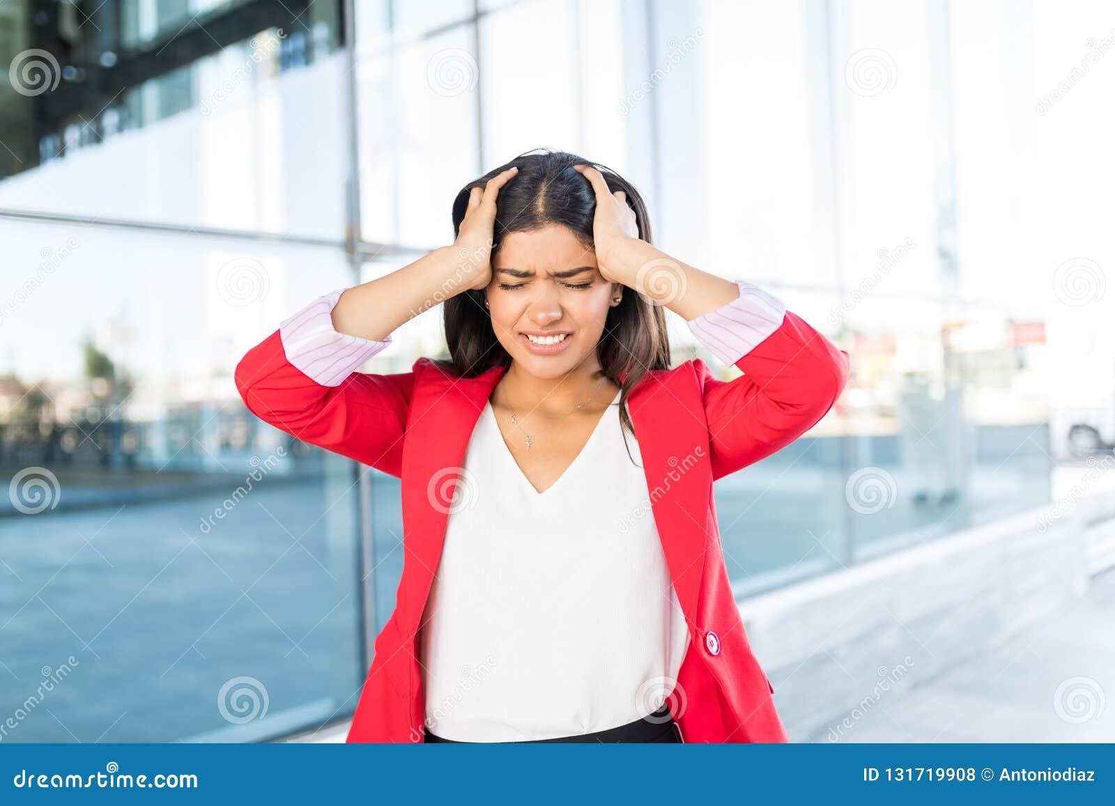 Besorgte Geschäftsfrau With Bad Headache