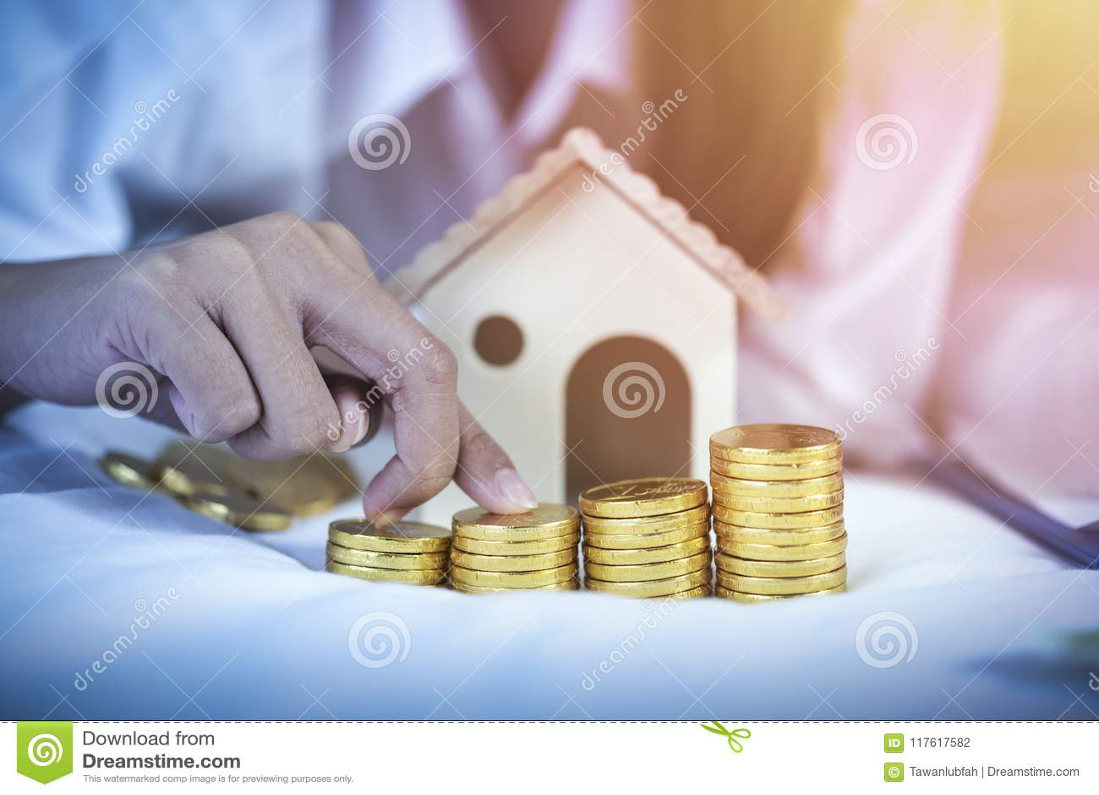 Besparing, pensioneringsplan, financiële planningsconcept Jonge coupl