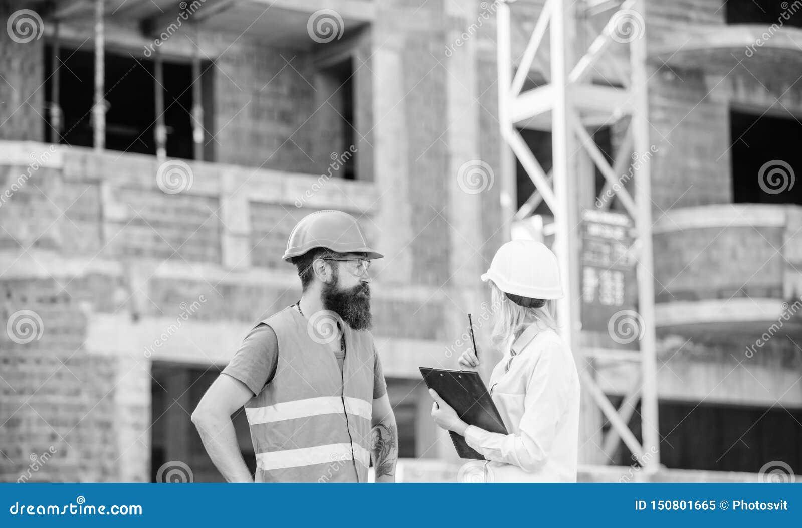 Bespreek vooruitgangsproject Het concept van de veiligheidsinspecteur De vrouweninspecteur en de gebaarde brutale bouwer bespreke