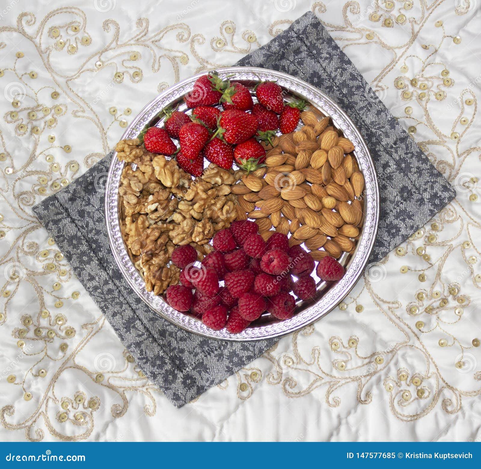 Bessen en noten op een zilveren dienblad