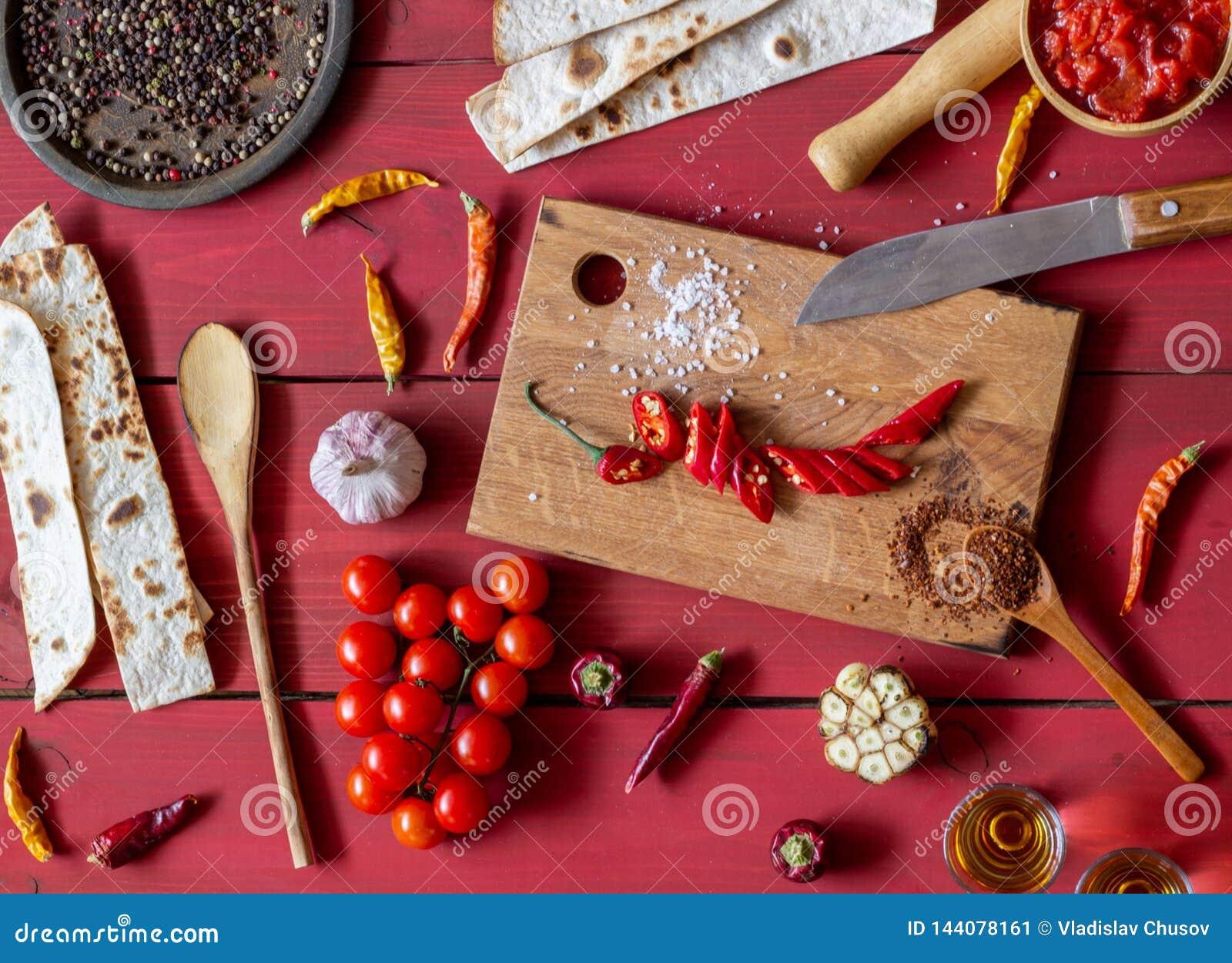 Bestandteile f?r mexikanische Teller Roter h?lzerner Hintergrund Mexikanische Nahrung