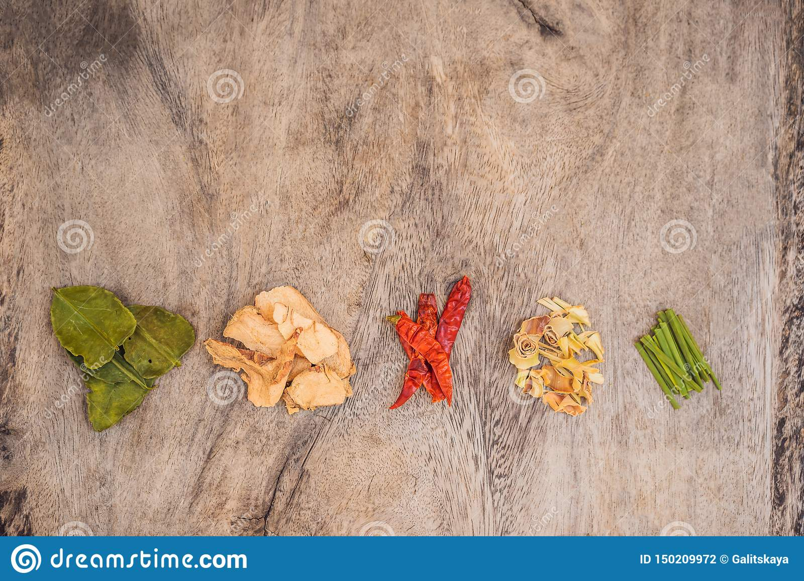 Bestandteile f?r popul?res thail?ndisches Suppe Tom-yum kung Kalk, Galangal, roter Paprika, Kirschtomate, Lemongras und Kaffirkal