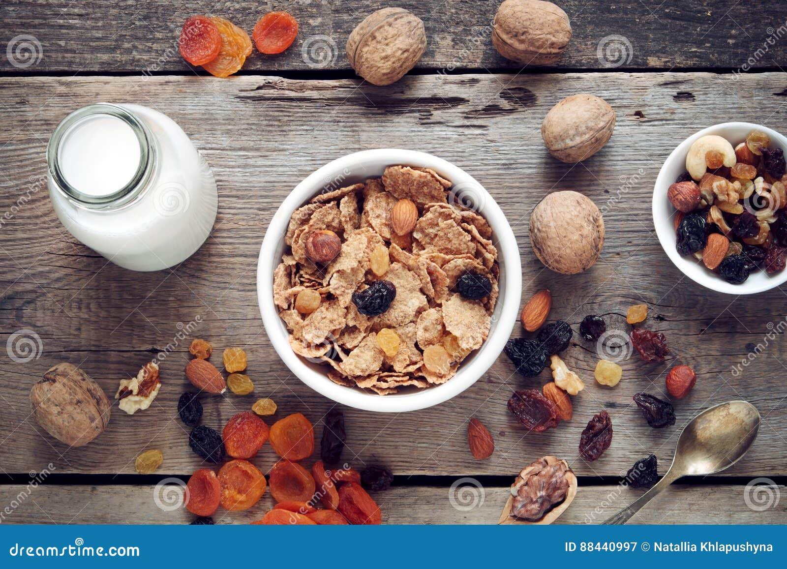 Bestandteile zum gesundes Frühstück: Getreideweizenflocken und -Trockenfrüchte