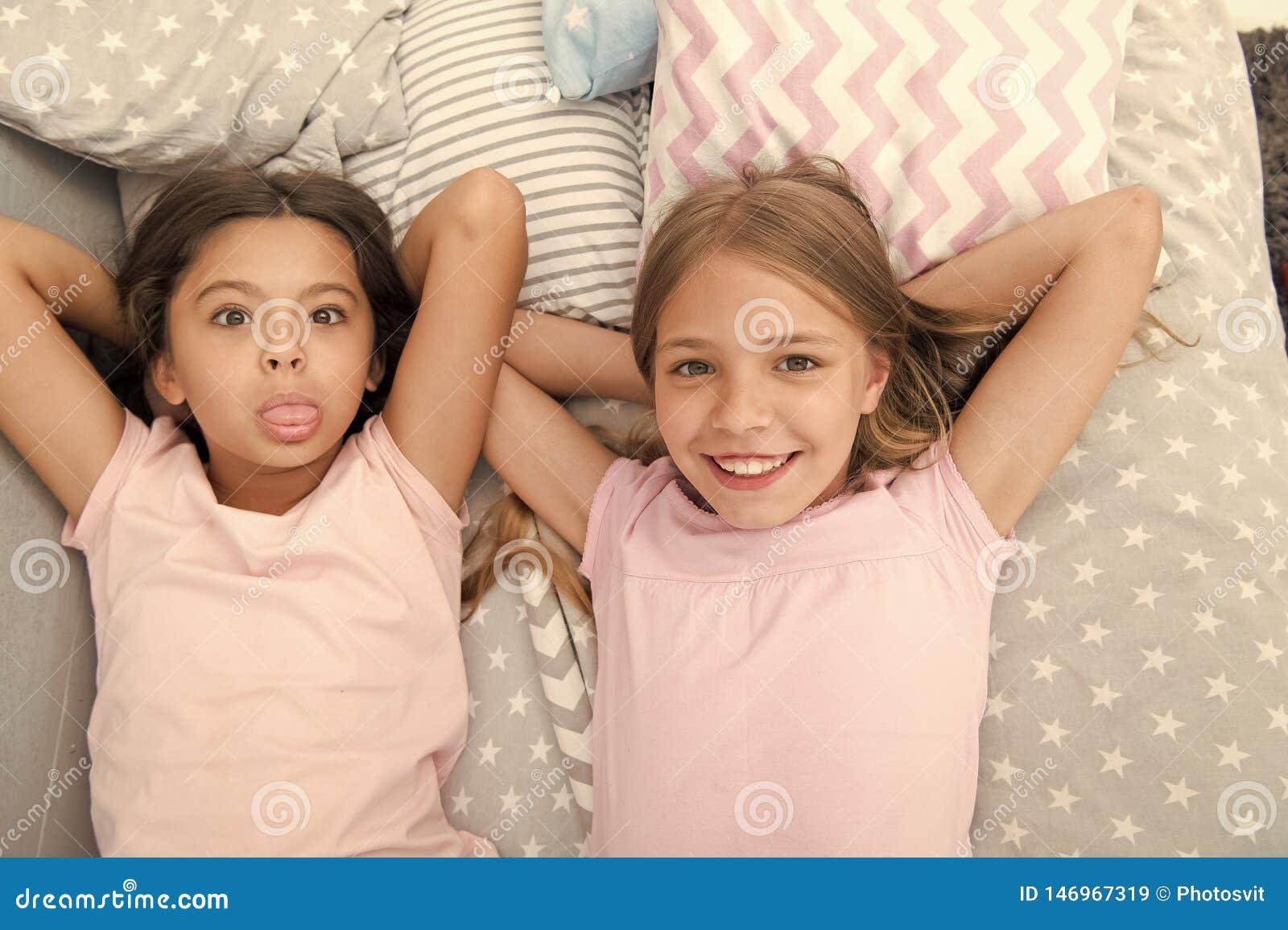 Beste Freunde f?r immer M?dchenkinder legen auf Bett mit Draufsicht der netten Kissen Pyjamaparteikonzept M?dchen in der spieleri