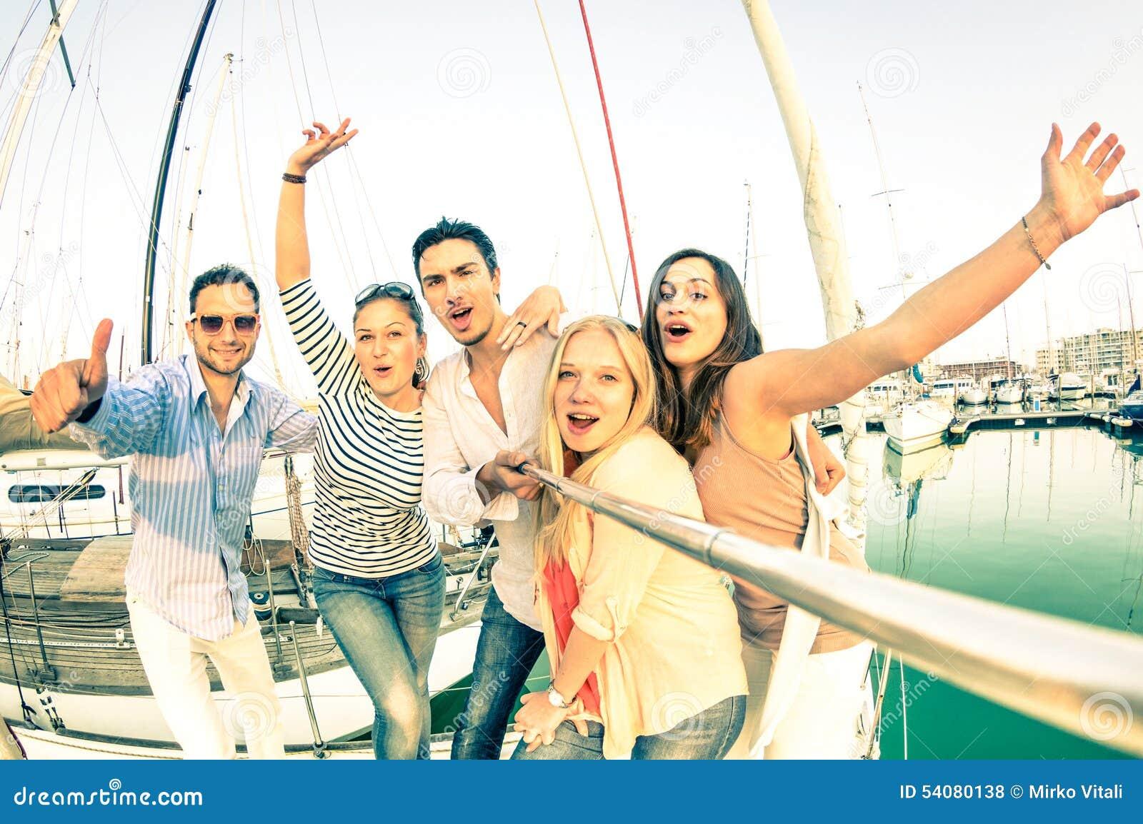 Beste vrienden die selfie stok gebruiken die pic op exclusieve zeilboot nemen