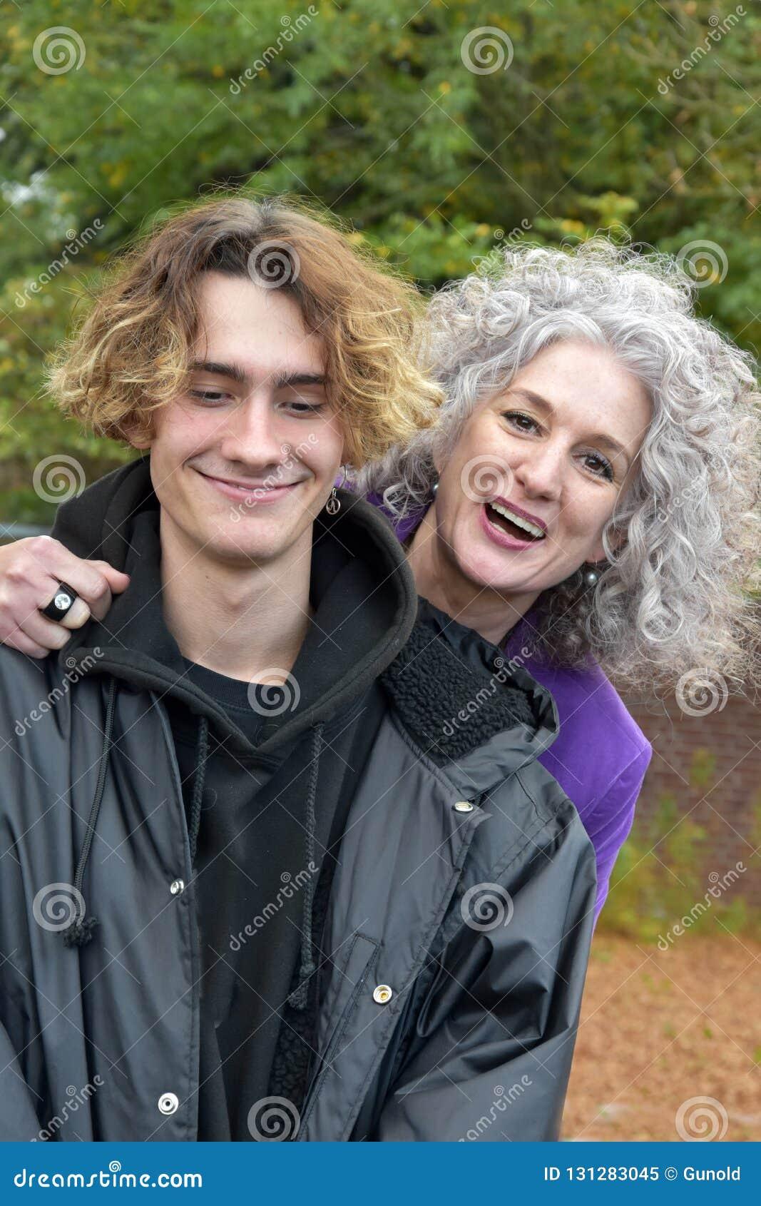 Beste vrienden, moeder en tienerzoon in een goede stemming