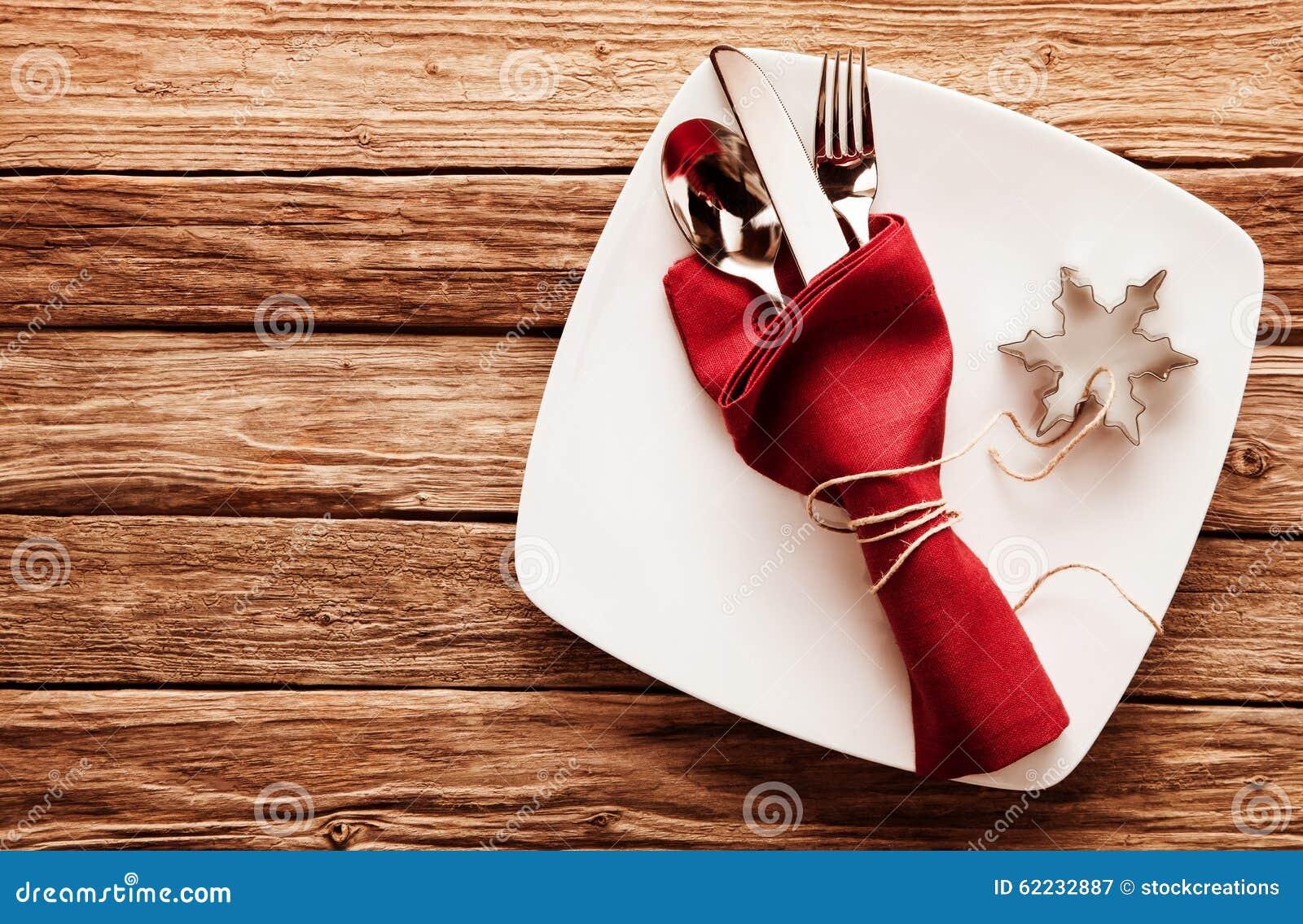 Bestek in rode servet en sneeuwvloksnijder op schotel stock foto afbeelding 62232887 - Hoek maaltijd ...