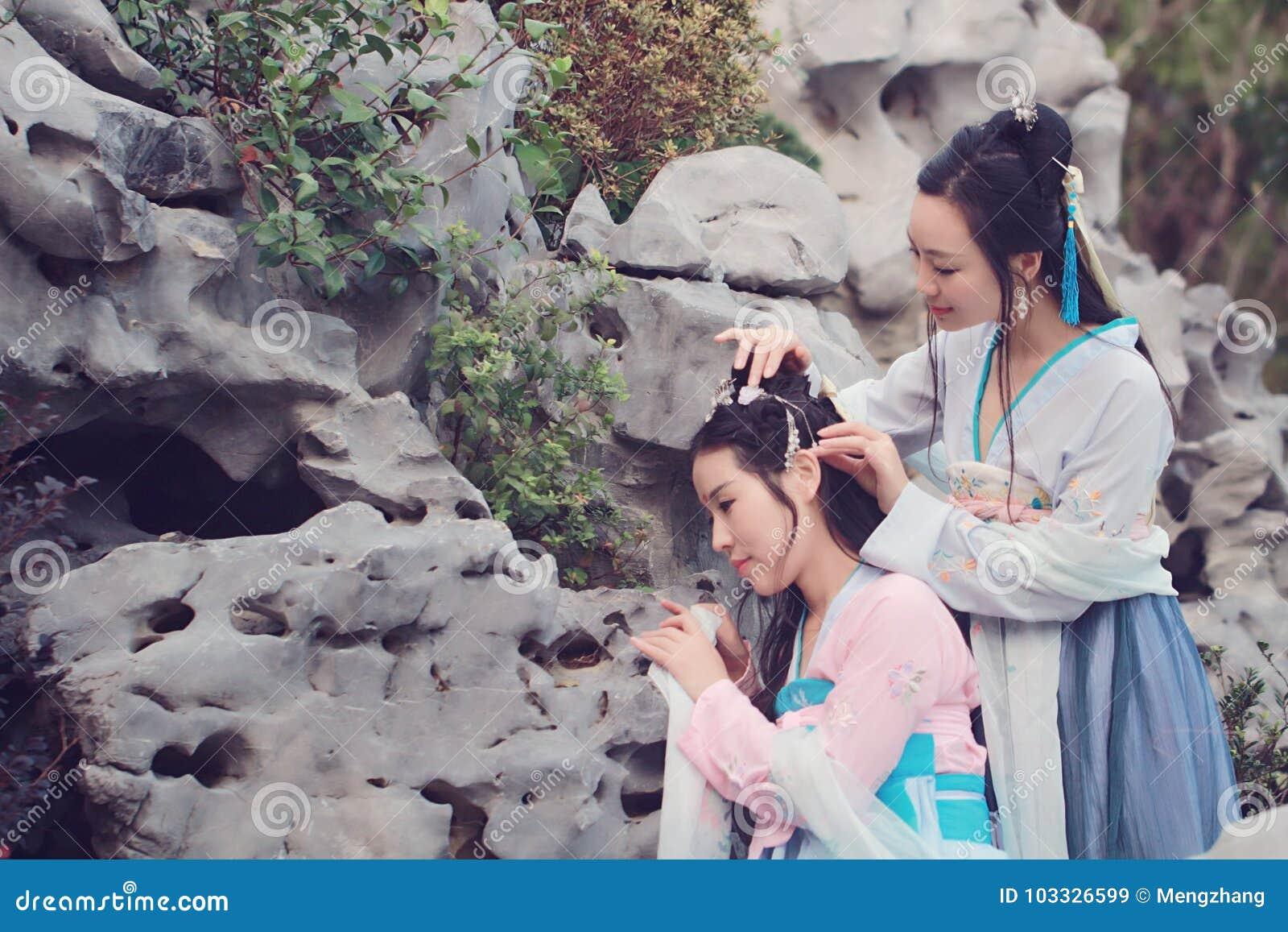 Bestie cercano de las novias en traje antiguo tradicional chino