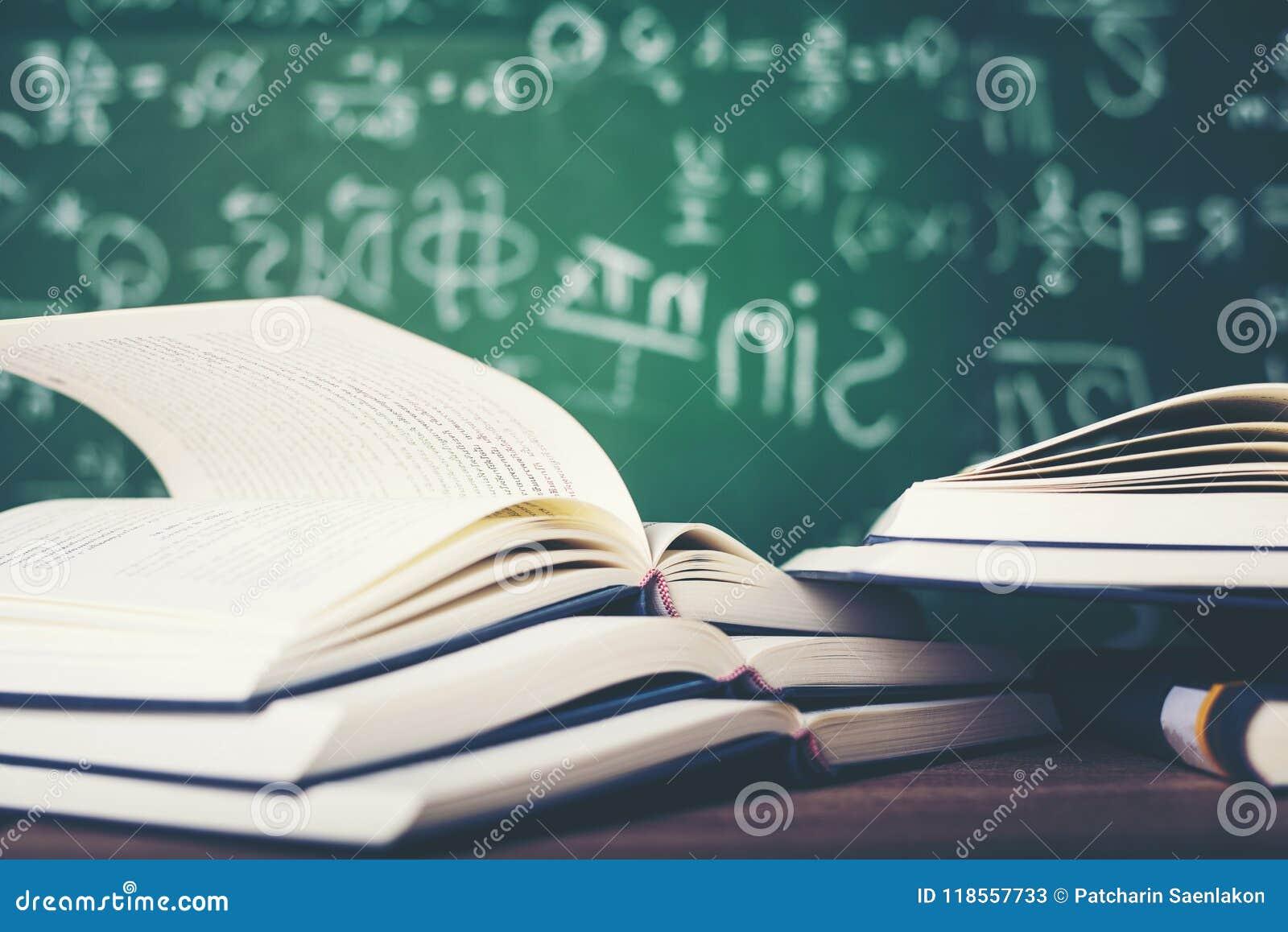 Bestuderend boeken en scholingsmateriaal