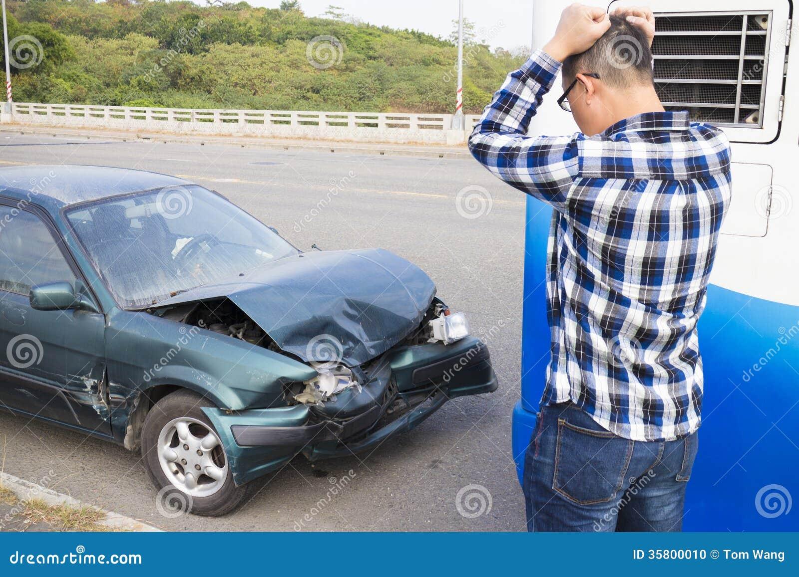 Bestuurder die de auto na Verkeersongeval kijken