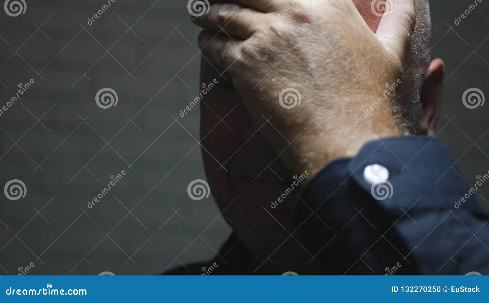 Besvärad affärsman Image Thinking och framställning av besvikna gester för en hand