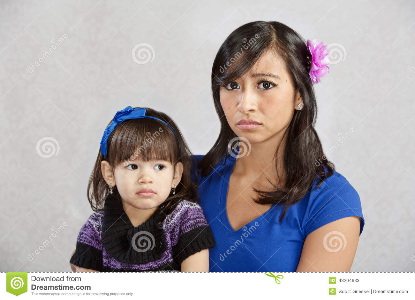 Download Besviken moder med barnet fotografering för bildbyråer. Bild av förälder - 43204633