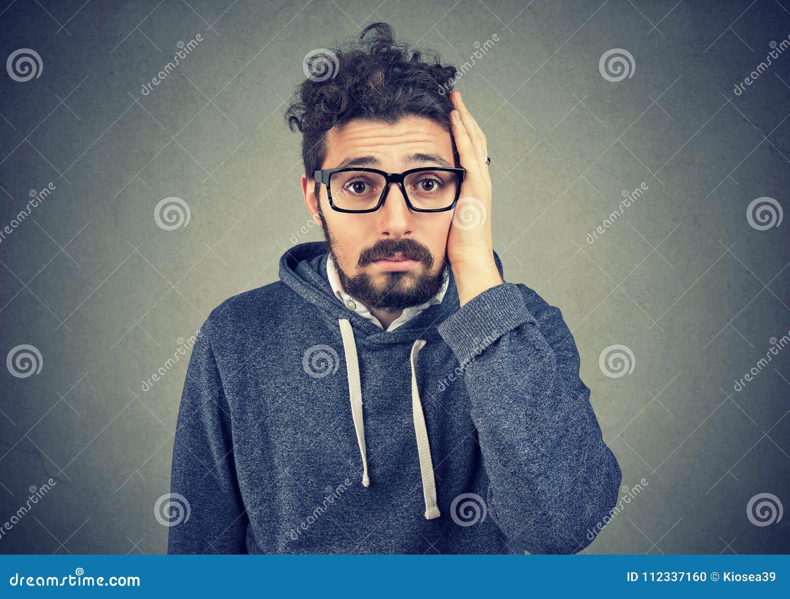 Besviken stressad skäggig ung man