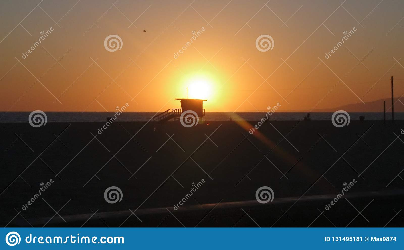 Betäubungs-Sonnenuntergang über Santa Monica Beach
