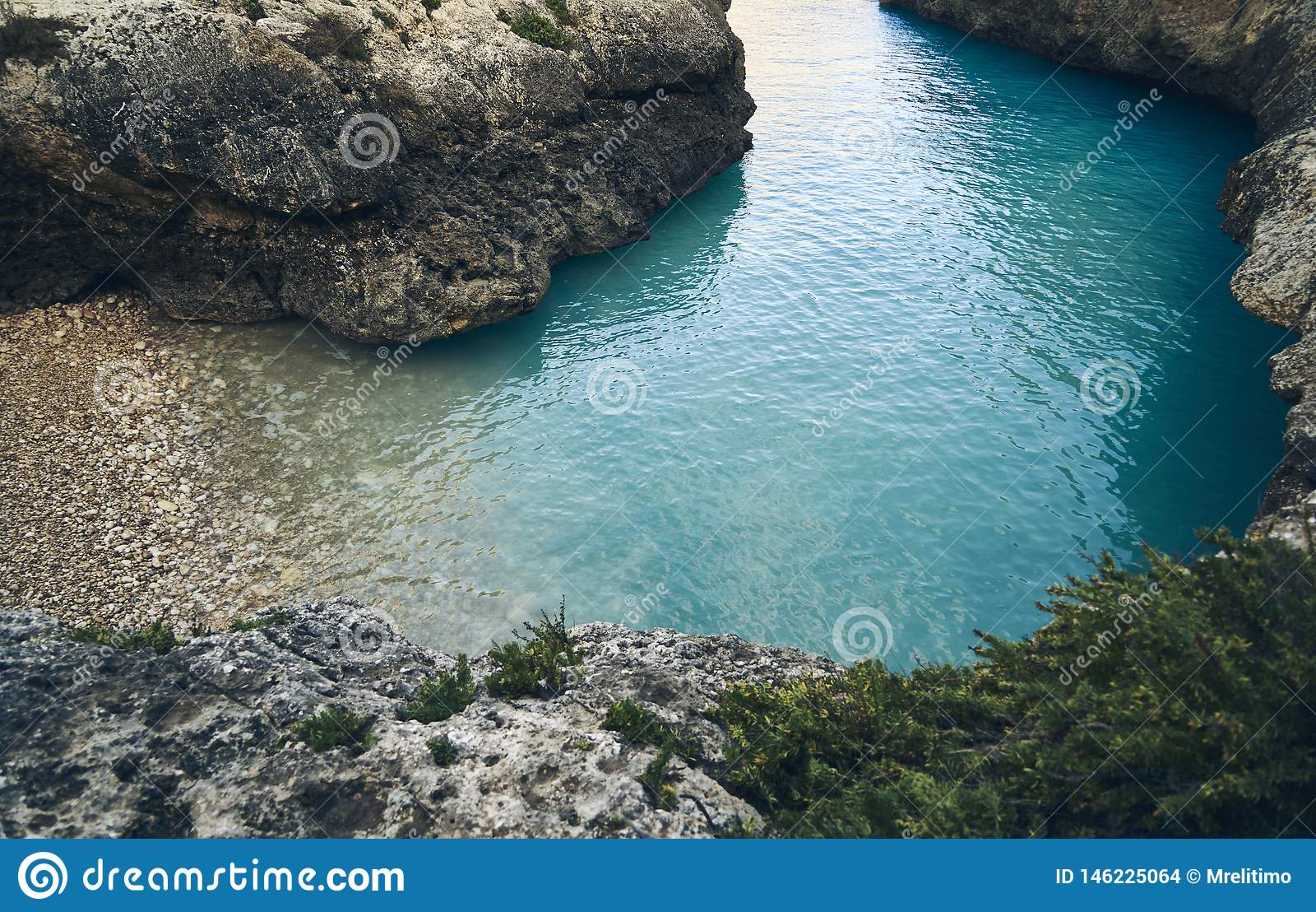 Betäubungseinsamer strand mit blauem Wasser
