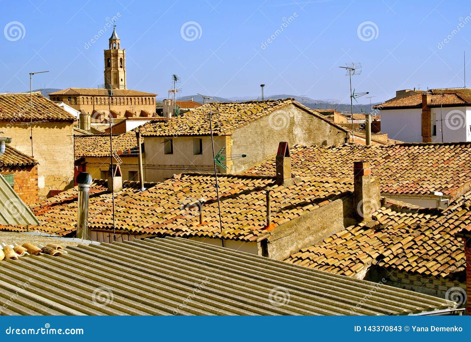 Betegelde daken van landelijke huizen en de koepel van de kerk