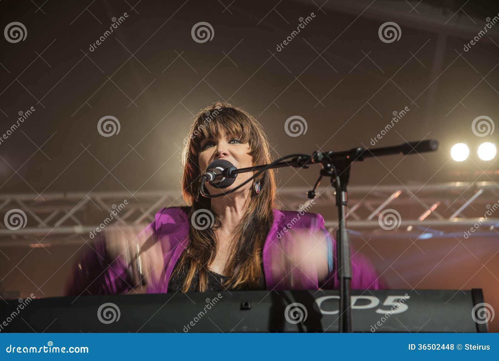 Beth Hart canta y juega los teclados