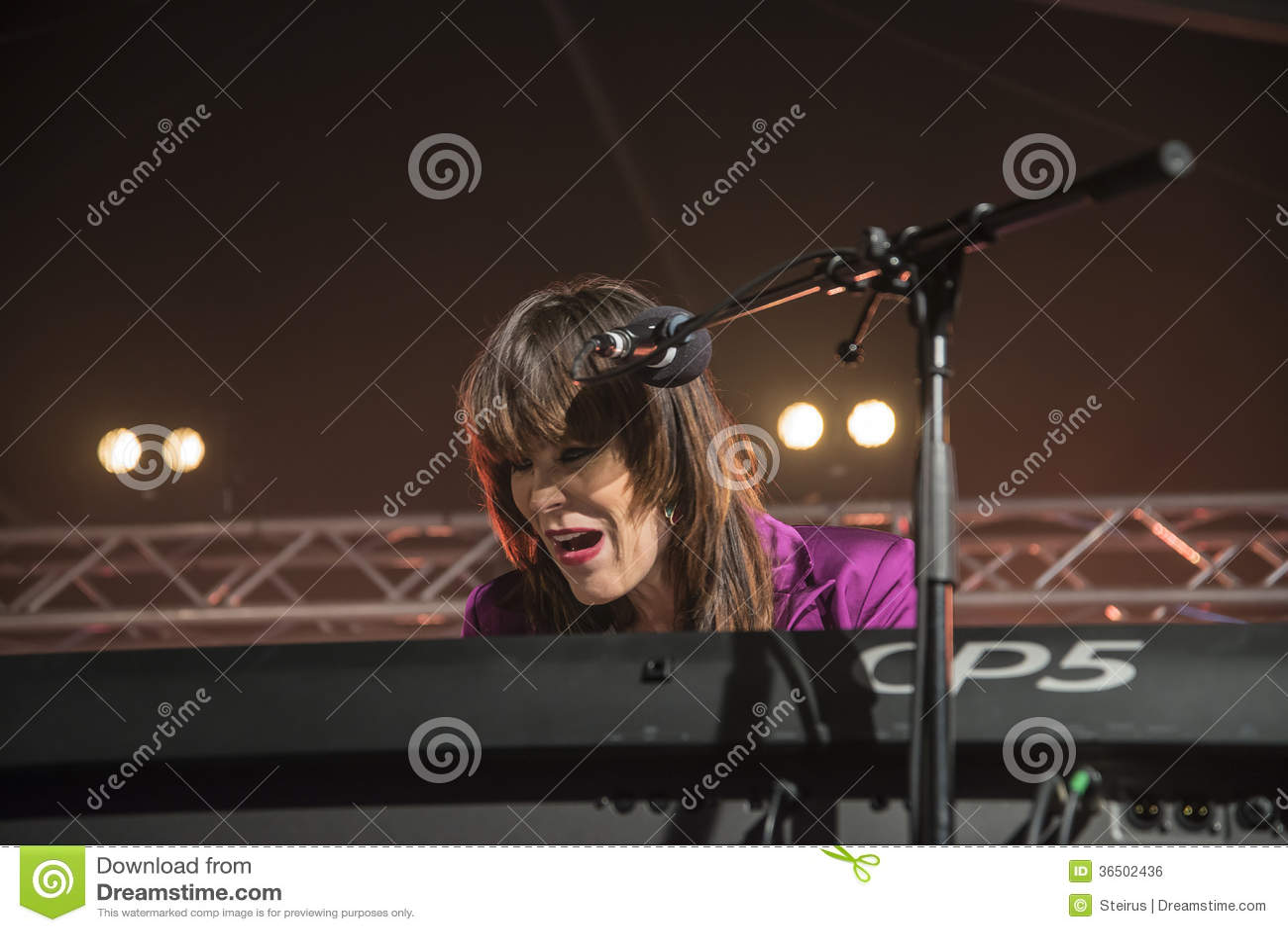 Beth Hart chante et joue des claviers