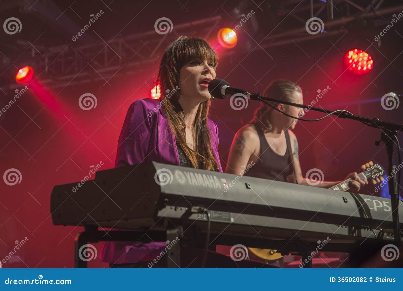 Beth Hart joue des claviers et chante (à l arrière-plan PJ Barth)