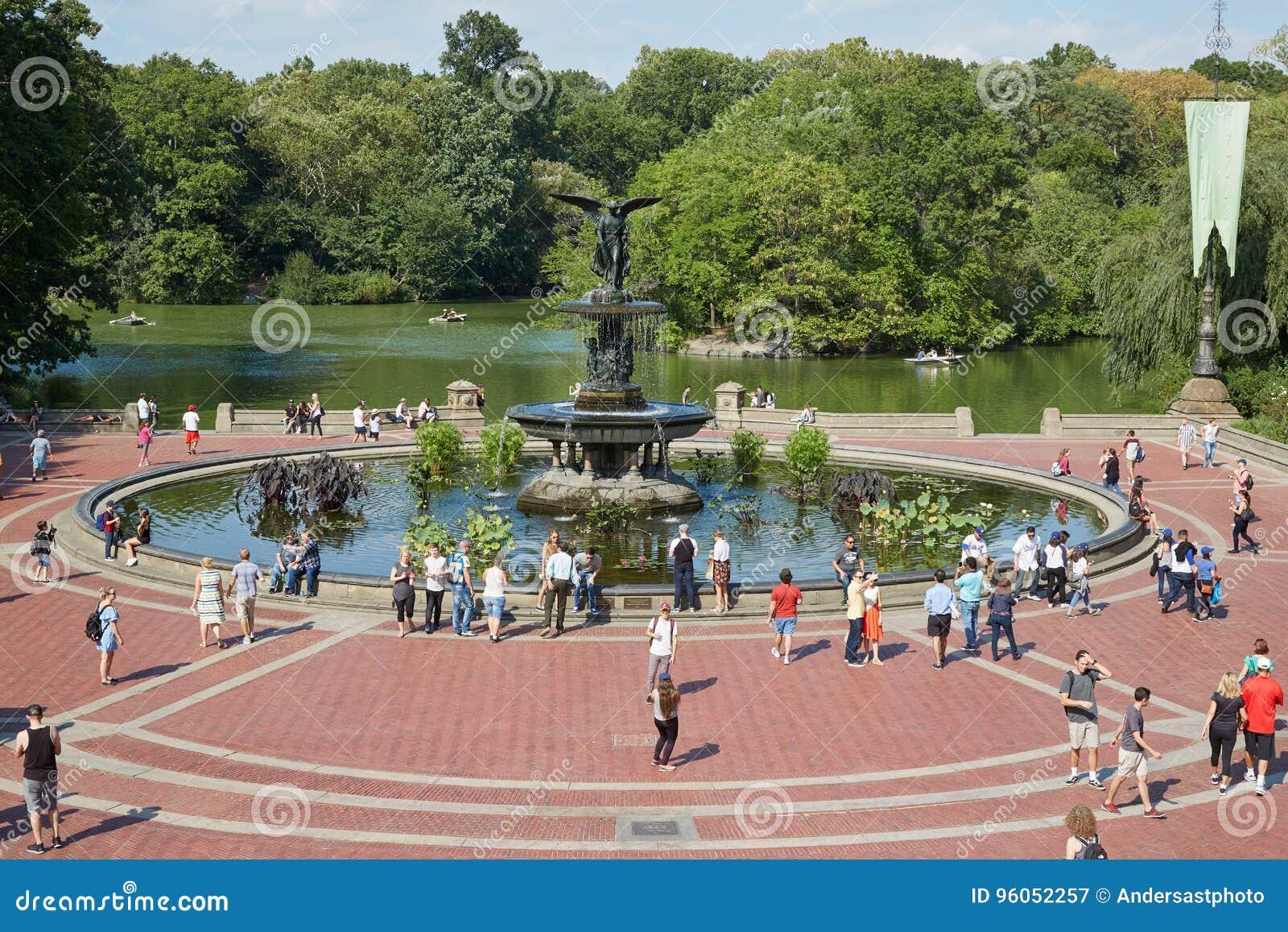 Bethesda Fountain avec la vue de personnes dans le Central Park à New York